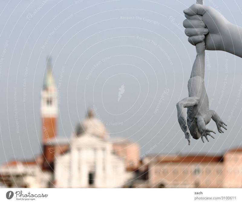 Froschperspektive Ferien & Urlaub & Reisen Hand Kunstwerk Skulptur Venedig Italien Altstadt Kirche Dom Palast Turm Tier 1 grau Aggression Gewalt quälen