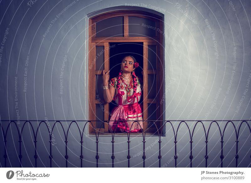 Eine hübsche junge Frau starrt aus dem Fenster. feminin Junge Frau Jugendliche 1 Mensch 18-30 Jahre Erwachsene Haus Traumhaus Balkon Mode Bekleidung