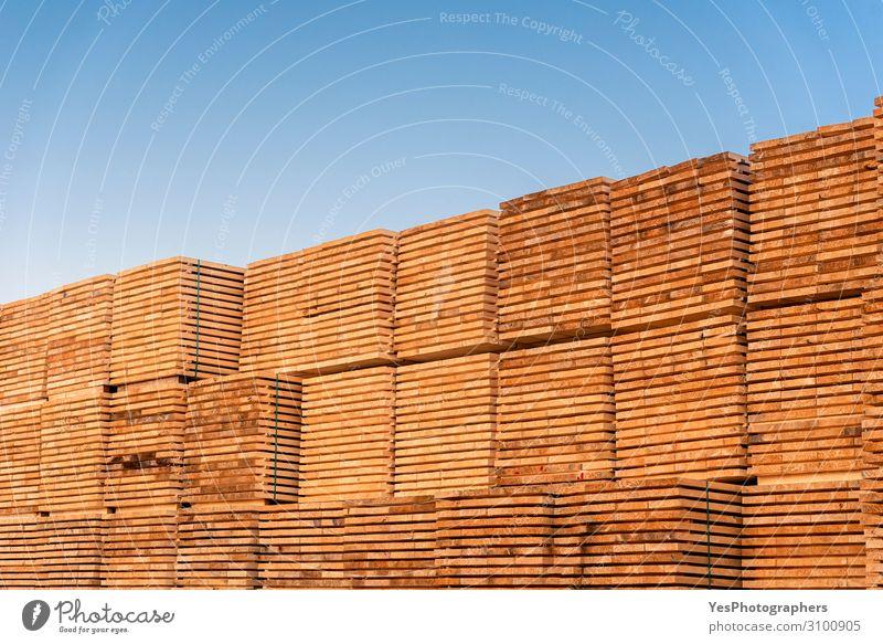 Unter dem blauen Himmel stapeln sich Holzbohlen. Außenholzvorrat Fabrik Wirtschaft Business Säge Umwelt Baum Zerstörung alternativ Blauer Himmel Schreinerei