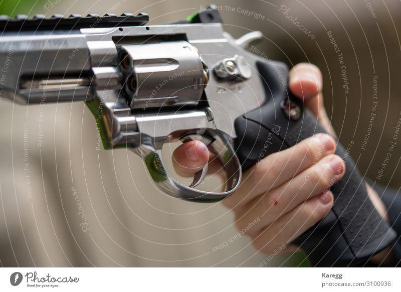 in one hand is large silver heavy revolver Kind Mensch Hand kalt Sport Junge Angst maskulin Kindheit Zeichen Todesangst 8-13 Jahre Verzweiflung Sorge Aggression
