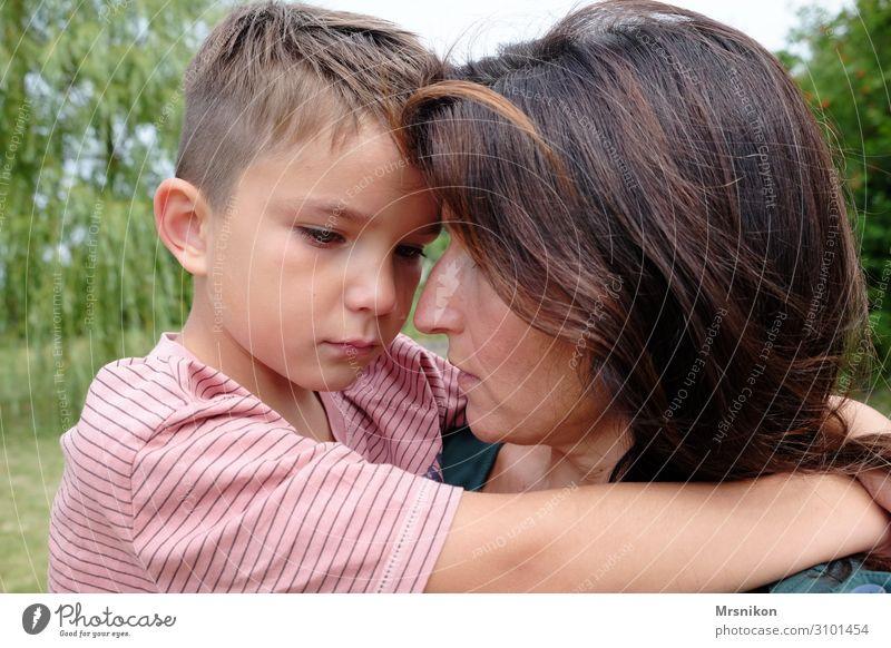 alles wieder gut Kind Junge Mutter Erwachsene Kindheit Leben 2 Mensch 3-8 Jahre 30-45 Jahre Beratung berühren sprechen hängen Kommunizieren tragen weinen