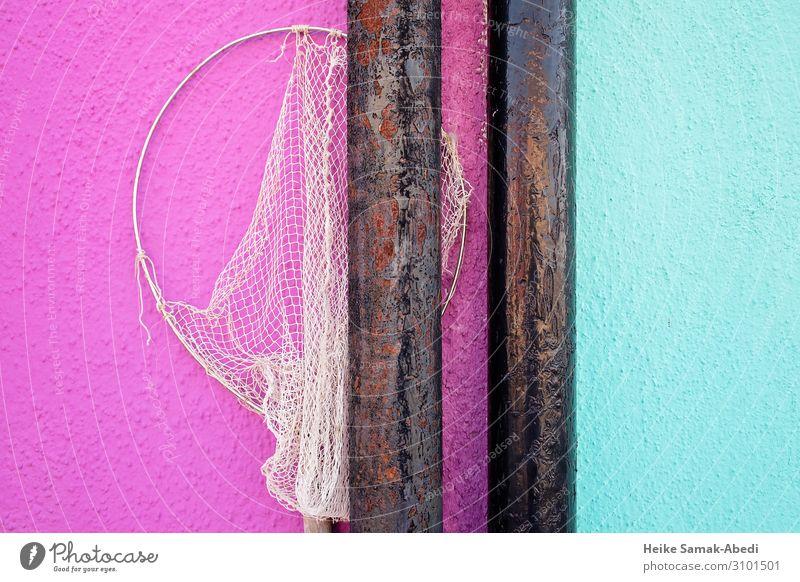Hausfassade mit Fischnetz auf der Insel Burano Angeln Fischereiwirtschaft Italien Fischerdorf Mauer Wand Fassade Eisenrohr Rohrleitung Wasserrohr