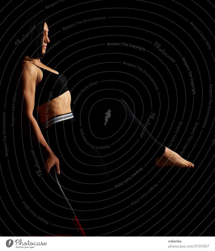 schöne junge Frau mit schwarzen Haaren Lifestyle Fitness Sport Sportler Erwachsene Hand Beine 1 Mensch 30-45 Jahre Bekleidung brünett Lächeln stehen sportlich
