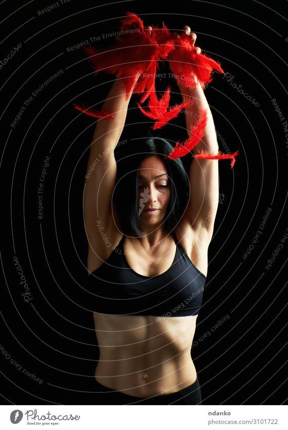 junges, schönes, athletisches Mädchen in schwarzer Kleidung Lifestyle Körper Wellness Sport Mensch Kleinkind Frau Erwachsene Arme Fitness fliegen stehen werfen