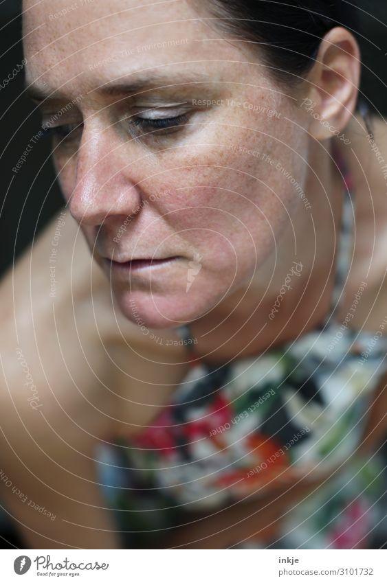 Trübsal Lifestyle schön Frau Erwachsene Leben Gesicht Oberkörper 30-45 Jahre 45-60 Jahre Kleid authentisch Gefühle Stimmung Traurigkeit Trauer Enttäuschung Reue