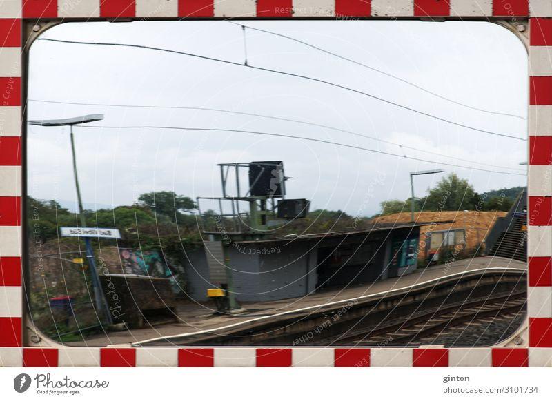 Verkehrsspiegel am Bahnsteig Spiegel Bahnhof Verkehrszeichen eckig Rahmen gestreifter Rahmen Verkehrsschild Fahrsicherheit Ecke unübersichtlich nicht einsehbar