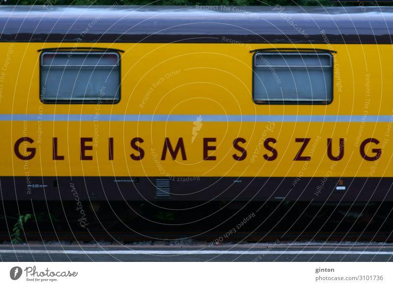 Gleismesszug Maschine Bahnhof Verkehr Fahrzeug Eisenbahn Lokomotive Schienenfahrzeug Gleise Zeichen Schriftzeichen Stadt gelb Karosse Anhänger Fenster