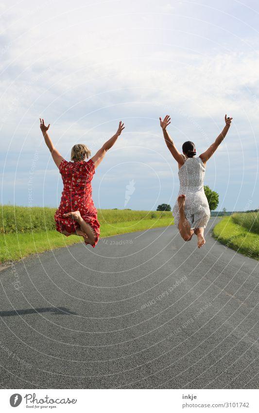 zwei Frauen springen hoch Rückansicht Lifestyle Freude Glück Leben Sommer Mensch feminin Junge Frau Jugendliche Erwachsene Freundschaft Paar Partner 2