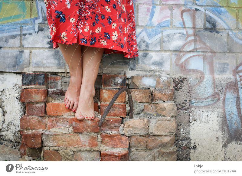 barfuß Lifestyle schön Pediküre Freizeit & Hobby feminin Junge Frau Jugendliche Erwachsene Leben Fuß Frauenfuß 1 Mensch Ruine Mauer Wand Fassade Rock Kleid