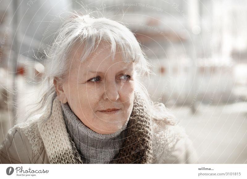 bedenkenträgerin Frau Mensch Gesicht Erwachsene Senior Denken nachdenklich blond 45-60 Jahre 60 und älter 50 plus beobachten Pony Schal skeptisch grauhaarig