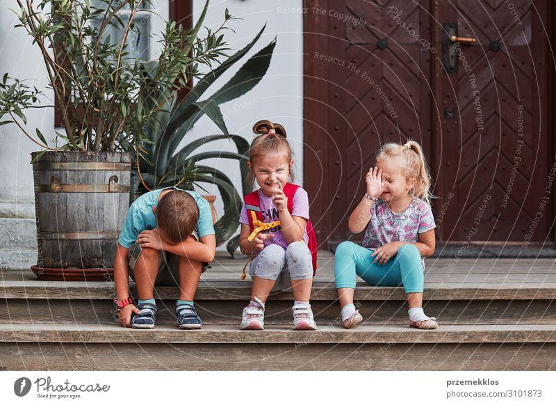 Kinder, die dumme Gesichter machen. Freude Glück Spielen Schwester sitzen authentisch lustig niedlich verrückt Gefühle Mädchen gestikulieren Zeichen