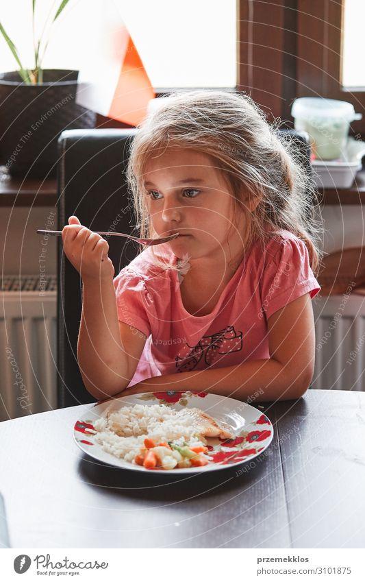 Kind beim Abendessen zu Hause Gemüse Essen Mittagessen Teller Besteck Gabel Tisch Mädchen 1 Mensch 3-8 Jahre Kindheit authentisch frisch klein Lebensmittel