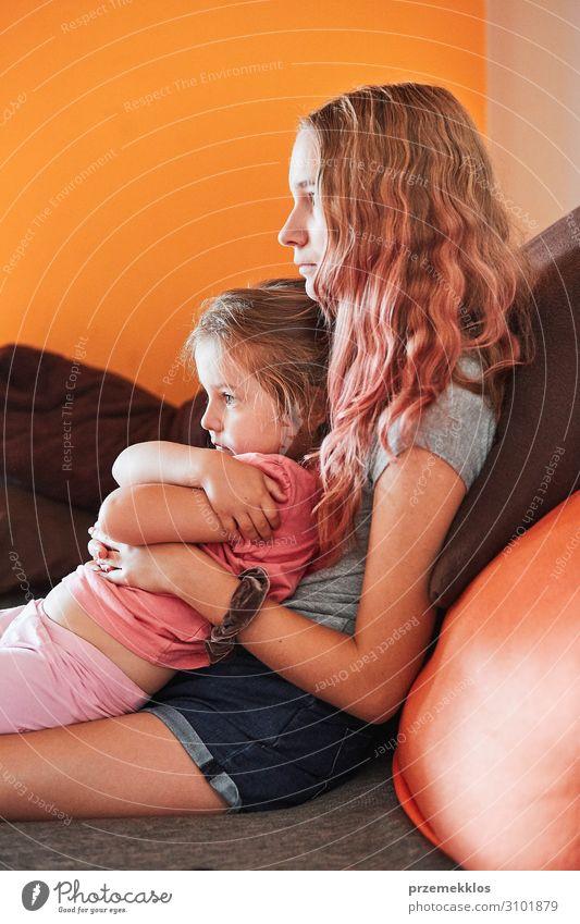 Teenagermädchen und ihre kleine Schwester beim Fernsehen Freizeit & Hobby Kind Mädchen Junge Frau Jugendliche Erwachsene Familie & Verwandtschaft Kindheit 2