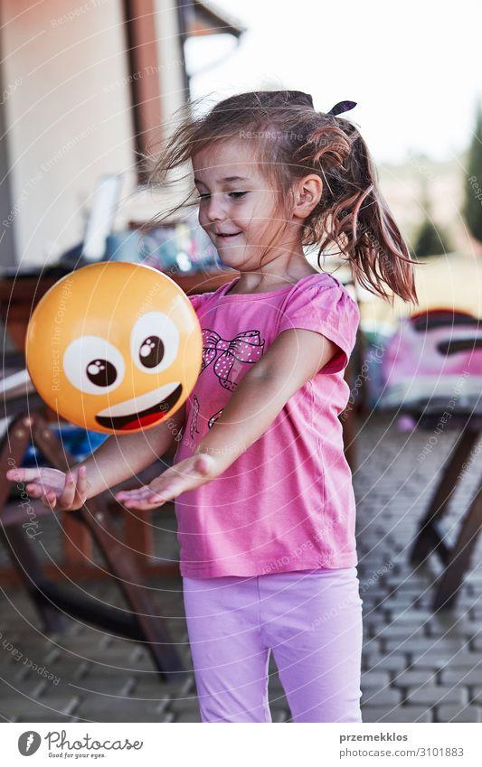 Kleines Mädchen spielt auf einem Heimspielplatz. Freude Glück Spielen Ferien & Urlaub & Reisen Sommer Haus Kind Mensch Kindheit 1 3-8 Jahre Spielplatz Spielzeug