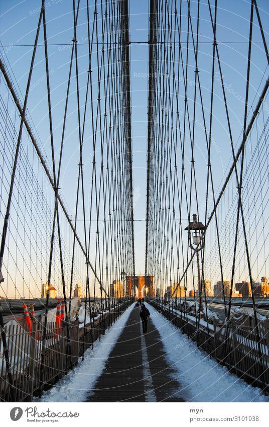 Brooklyn Bridge im Sonnenuntergang mit Schnee und Sonne Manhattan New York City USA Brücke Denkmal Sehenswürdigkeit Wahrzeichen Ferien & Urlaub & Reisen