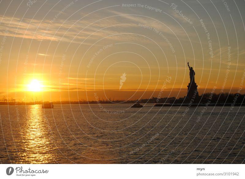 Freiheitsstatue im Sonnenuntergang in New York Wahrzeichen Sehenswürdigkeit New York City USA lady liberty Nordamerika Denkmal Statue Toleranz Hoffnung