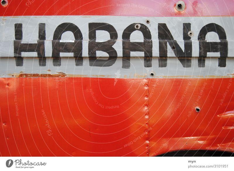 Aufschrift eines historischen Lasters in Havanna mit Einschusslöchern habana Kuba Lastwagen Metall Schusslöcher Einschüsse Blech Auto PKW Lieferwagen rot