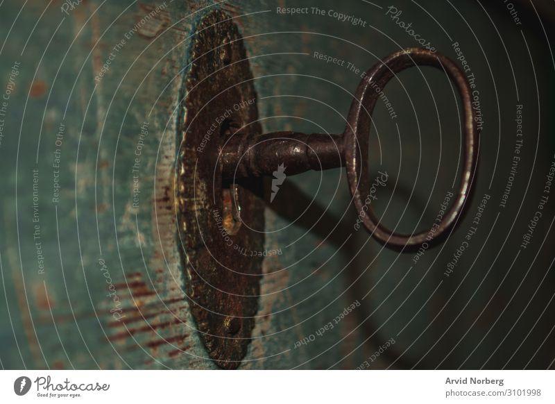 Ein alter rostiger Schlüssel in einem Schloss einer blauen Holztür Zugang gealtert Antiquität Hintergrund braun schließen Nahaufnahme Konzept Design Tür