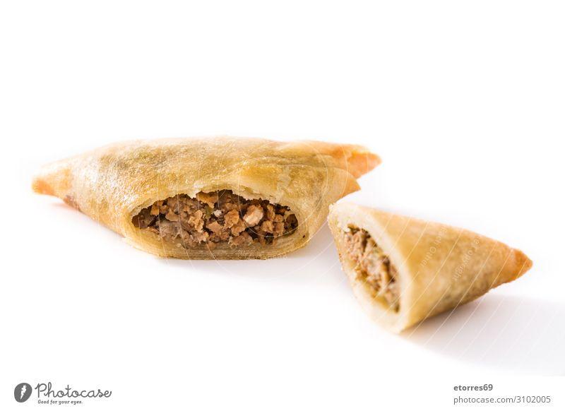 Samsa oder Samosas mit Fleisch und Gemüse isoliert Vegetarische Ernährung Lebensmittel Gesunde Ernährung Foodfotografie Inder Tradition Rindfleisch Teller