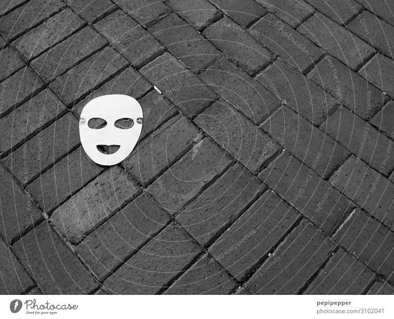 Maske Gesicht Freizeit & Hobby Party Karneval Wege & Pfade Zeichen liegen Traurigkeit Schwarzweißfoto Außenaufnahme Vogelperspektive