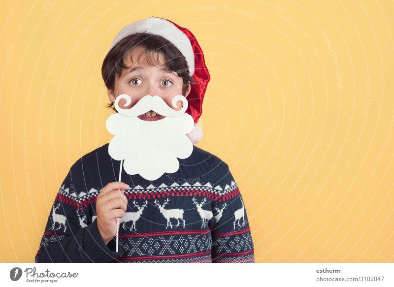 Kind trägt Weihnachtsmann Hut und Bart auf gelbem Hintergrund Lifestyle Freude Winter Feste & Feiern Weihnachten & Advent Silvester u. Neujahr Mensch maskulin