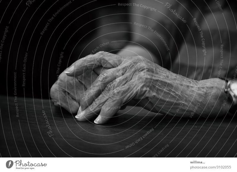 Hände einer Seniorin Weiblicher Senior Hand Alter Hautfalten Finger Ruhestand Großmutter Fingernagel old age pension Religion & Glaube Pigmentfleck ruhen