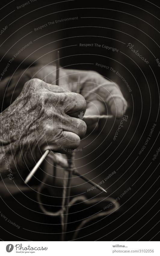 hände einer seniorin mit stricknadeln - aktiv bleiben im alter Hand Senior Weiblicher Senior Männlicher Senior stricken Stricknadel Handarbeit Faden Wolle