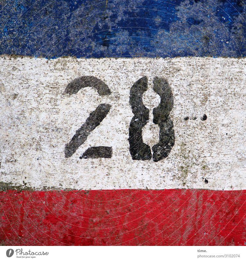 28 tageslicht farbe orientierung information zahl oldstyle mauer linien streifen blau weiß rot dreckig trashig schmutzig