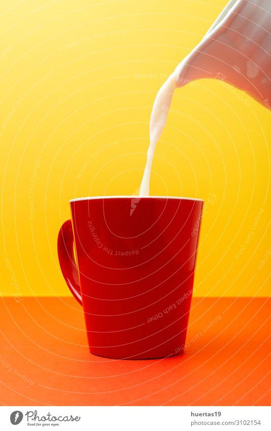 Frische Milch in farbigen Tassen Ernährung Frühstück Vegetarische Ernährung Getränk Lifestyle Kuh frisch lecker natürlich gelb weiß melken Glas trinken