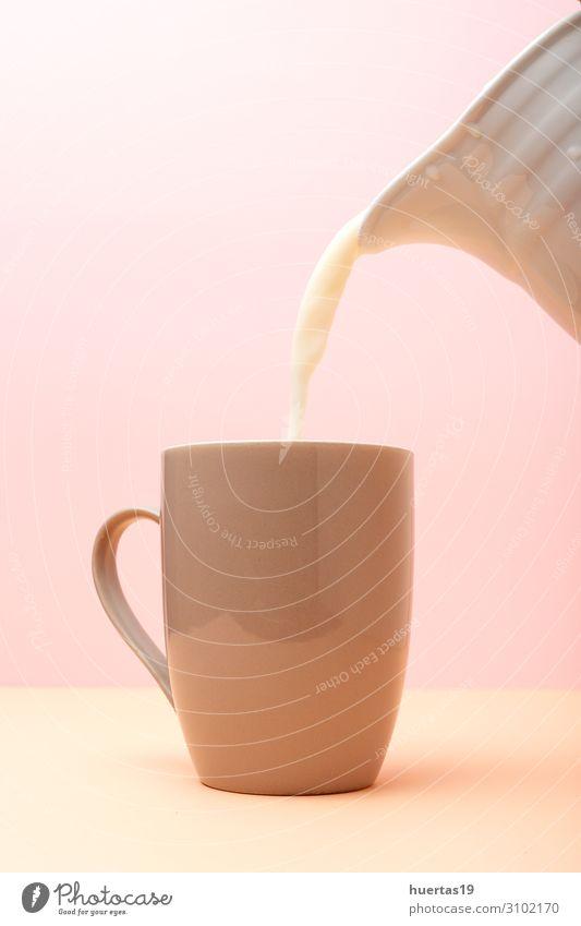 Frische Milch in farbigen Tassen Ernährung Frühstück Vegetarische Ernährung Getränk Lifestyle Gesunde Ernährung Landschaft Kuh frisch natürlich weiß melken Glas