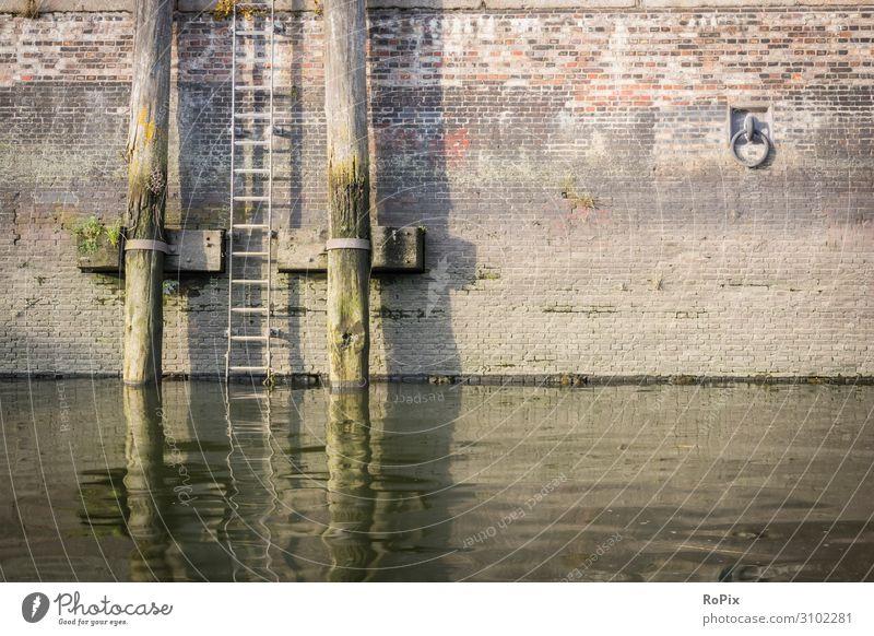 Kanalwand in der Speicherstadt von Hamburg. Hafen Hafenbecken Wand Poller Leiter Hafenstadt harbour maritim Technik Architektur Wasser Wasserspiegel Stimmung