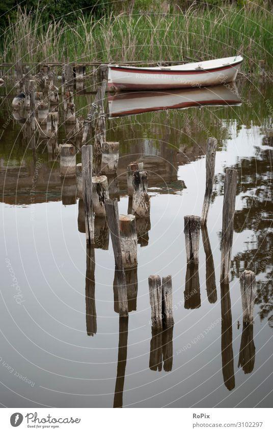 einsames Ruderboot Steg Pier Bootsanleger See Toskana tuskany Wasser Himmel Wolken Wetter weather Licht Stimmung Stille Ruhe Tal Fluss river lake valley