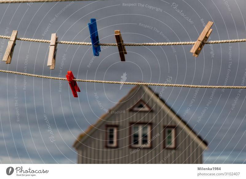 keine Wäsche Nebel Umwelt Wäscheleine Wäscheklammern Haus Himmel Wolken Island Norden Farbfoto Außenaufnahme Menschenleer