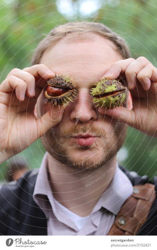 Mann, hat der Kastanien auf den Augen! maskulin Junger Mann Jugendliche Gesicht Bart Hand Finger 1 Mensch 18-30 Jahre Erwachsene 30-45 Jahre Herbst Küssen Blick