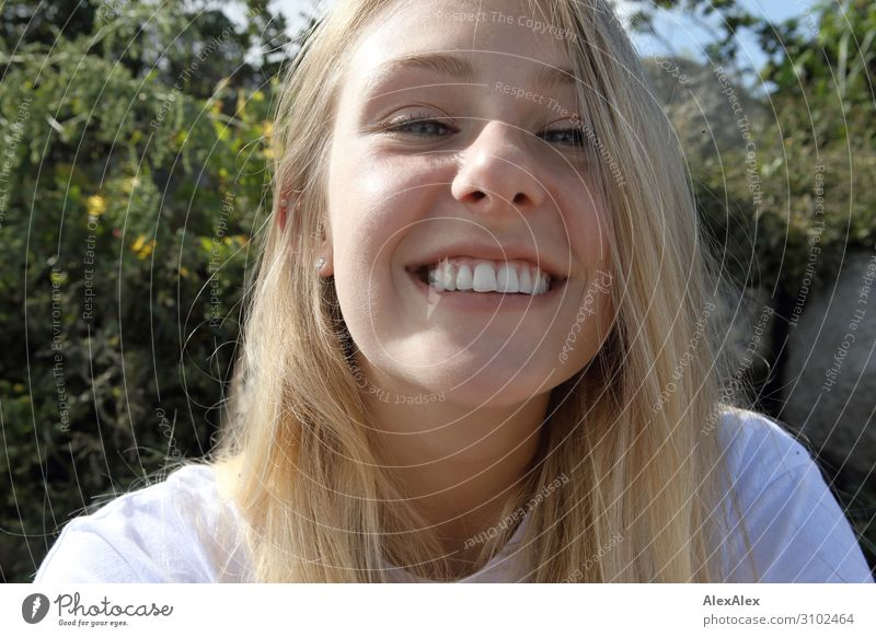 Portrait einer jungen Frau Lifestyle Freude schön Wellness Leben Sommer Sommerurlaub Sonnenbad Junge Frau Jugendliche Gesicht 18-30 Jahre Erwachsene Landschaft