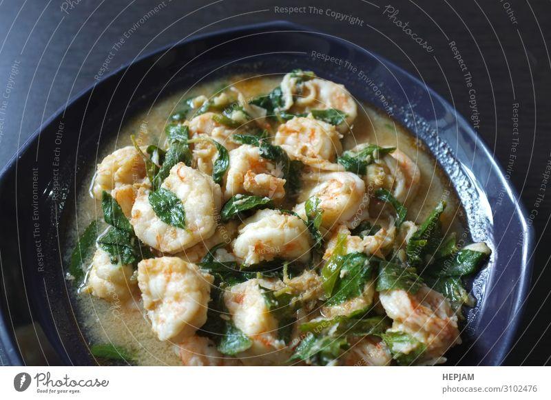 Thailändisches Essen, Garnelen mit Chilipfeffer und thailändischem Basilikum. Fleisch Meeresfrüchte Gemüse Mittagessen Abendessen Teller Restaurant Blatt Straße