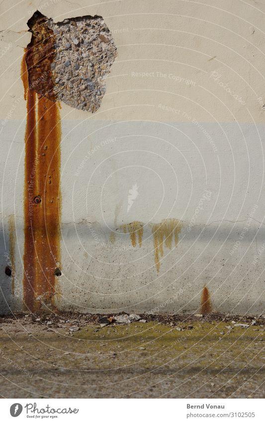 Defekte Wand Mauer defekt Putz renovierungsbedürftig alt verwittert Rost fleckig grün braun grau mauerwerk Industrie laufen baufällig Streifen Farbe abblättern