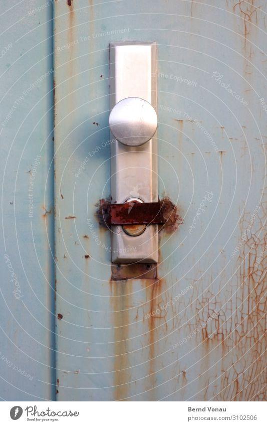 Heute geschlossen Haus Industrieanlage Mauer Wand Tür braun grau Türschloss alt Rost Wetter Metall Problemlösung murks Traurigkeit Insolvenz Farbfoto