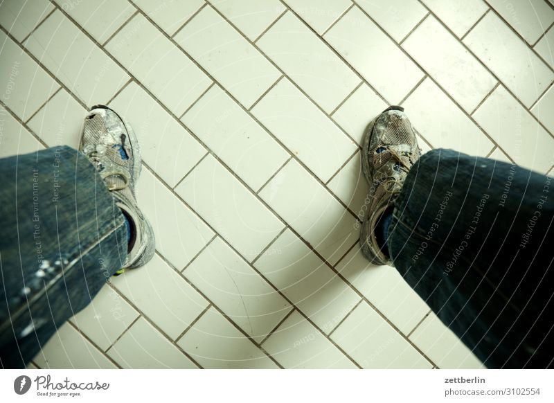 Fliesen stehen sitzen Sitzung Pause Denken nachdenklich Schuhe Turnschuh Arbeitsschuhe Küche Bad Toilette Bodenbelag Fuß Beine Fliesen u. Kacheln Textfreiraum