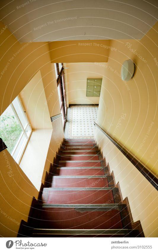 Treppenhaus mit Fenster Treppenabsatz Abstieg aufsteigen Geländer Treppengeländer Mehrfamilienhaus Menschenleer Stadthaus Niveau Textfreiraum Haus Wand