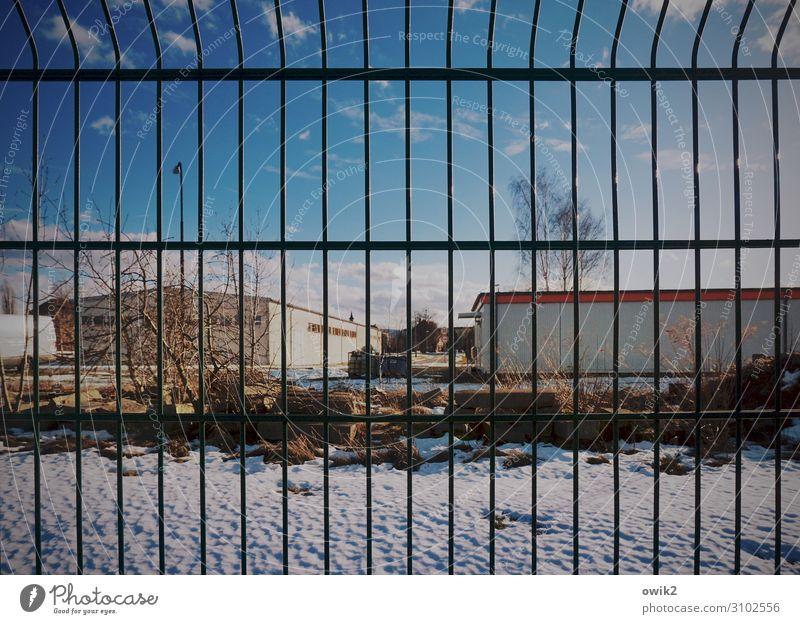 Kein Zutritt nur Himmel Wolken Winter Schnee Baum Sträucher Gebäude Halle Lagerhalle Gitter Gitterzaun Zaun Metallzaun Barriere Grenze Begrenzung fest abweisend