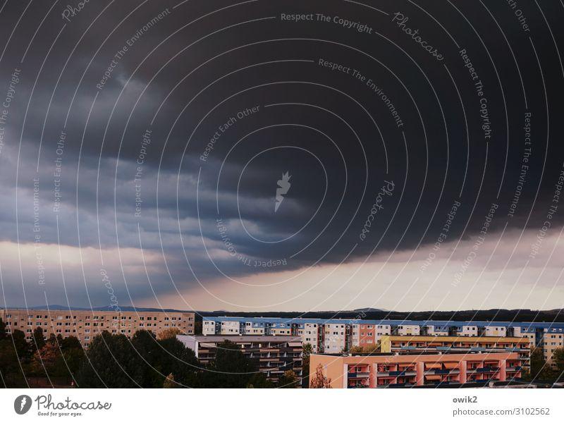 Vorboten Himmel Natur Haus Wolken Fenster dunkel Umwelt Gebäude Zeichen Balkon Stadtrand Plattenbau Kleinstadt schlechtes Wetter Gewitterwolken bevölkert