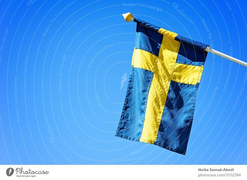 Schwedische Nationalfahne Himmel Schweden Zeichen Schilder & Markierungen Fahne blau gelb Stolz Lokalpatriotismus Heimat Patriotismus Nationalflagge Farbfoto