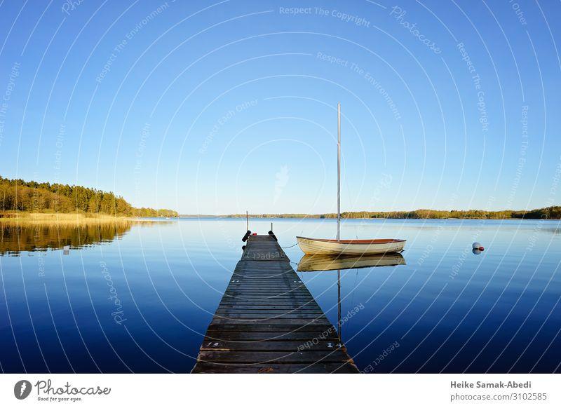 Idylle am Västersjön See in Schweden Himmel Natur blau Wasser Landschaft Einsamkeit ruhig Küste Seeufer Steg Anlegestelle Segeln Segelboot Gewässer
