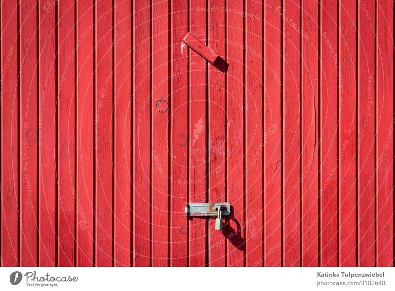 Rotes Tor, geschlossen Haus Parkhaus Gebäude Architektur Holz Metall schön grau rot Schlüssel Tür Wand Riegel Außenaufnahme Paneele Strukturen & Formen Muster