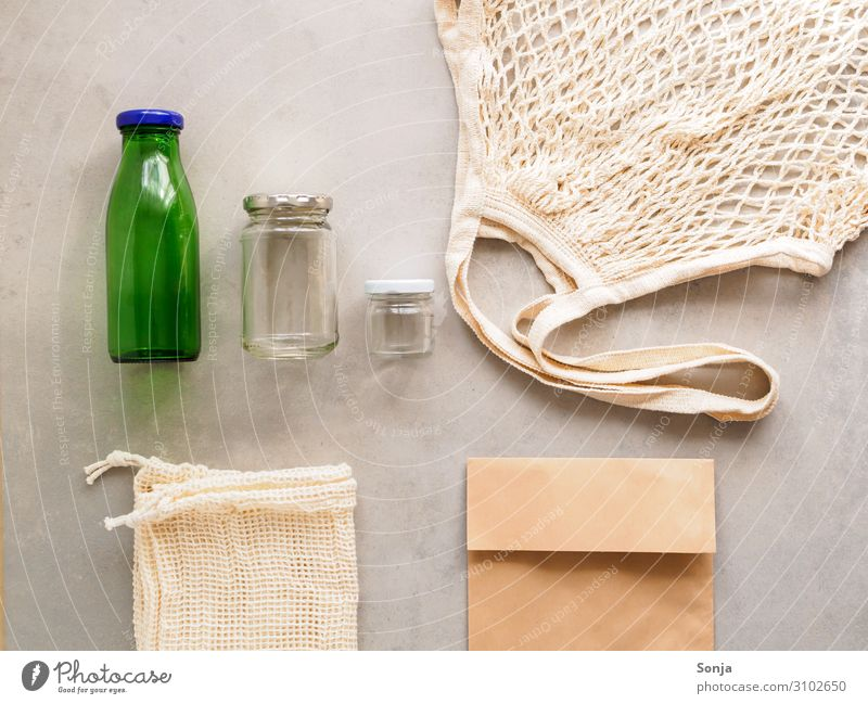 Wiederverwendbare Stofftasche Papiertüte und Glasflasche Lifestyle Umwelt Zusammensein kaufen Umweltschutz nachhaltig Tüte Optimismus Entschlossenheit sparsam