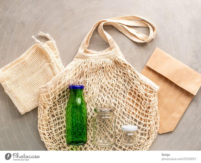 Wiederverwendbare Stofftasche und Glasflaschen, Flat lay Gesundheit Lifestyle Umwelt Beginn kaufen Papier einfach trendy Umweltschutz nachhaltig Tüte