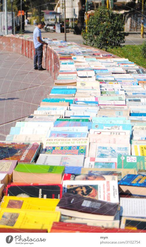 Flohmarkt Bücher Verkauf an der Straße Buch straßenverkauf auslage Bücherei verkaufen schmökern lesen Bibliothek Roman Literatur Bildung Wissen Lesestoff