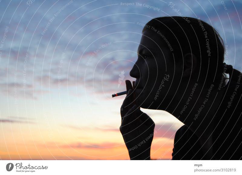 Silhouette einer rauchenden Frau vor Sonnenuntergang Rauchen Himmel Profil Zigarette Kopf Wolken Jugendliche orange blau Erwachsene Mund Farbfoto Dämmerung