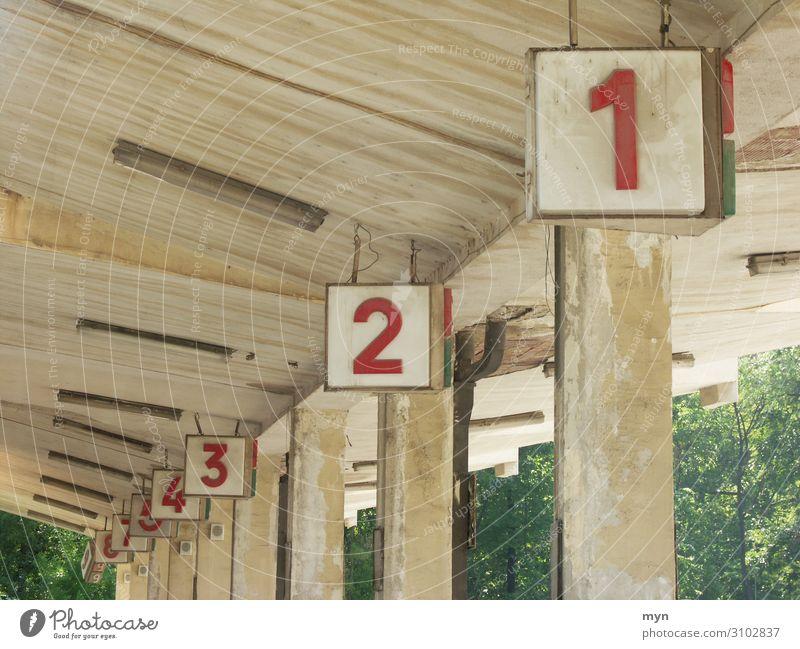 Bahnsteignummern am Busbahnhof zählen Zahlen und Zahlen Ziffern & Zahlen Schilder & Markierungen Beton Zeichen Farbfoto Wand Menschenleer grau alt Fassade